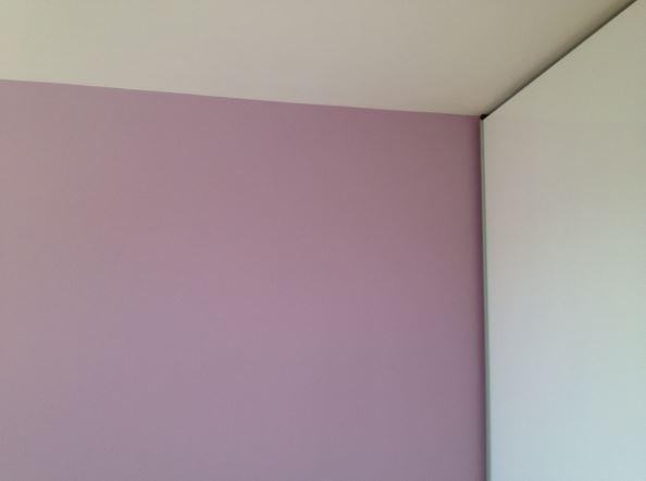 Beljenje stene z vijolično barvo