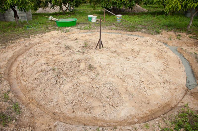 V zemljo je bil najprej začrtan krog, iz katerega je zrasla hiša.