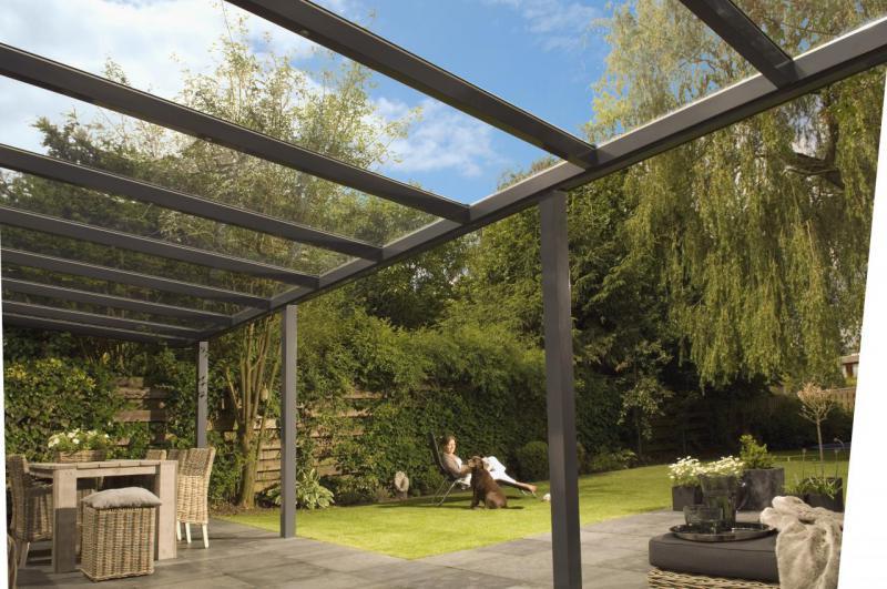 Nadstreški za terase: kovinski, leseni ali stekleni nadstreški?