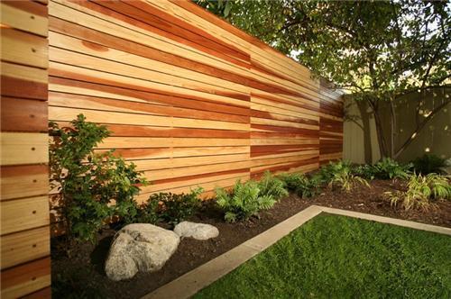 Lesena vrtna ograja s horizontalnimi lamelami, modesthomeplan.com