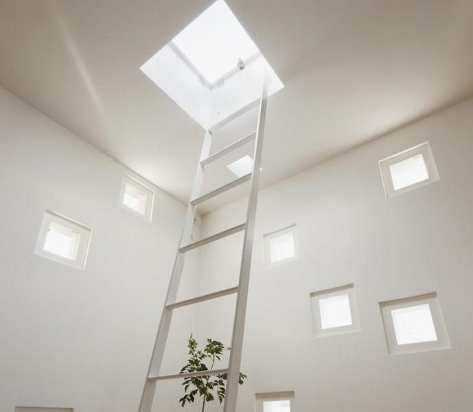 Mala okna zapirajo prostor, a omogočajo zasebnost.