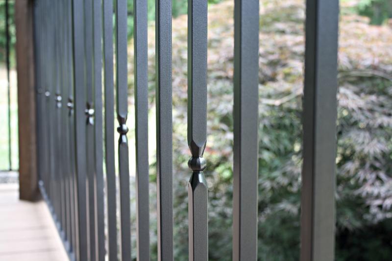 S postopkom prašnega barvanja se kovani ograji zagotovi končni visok sijaj