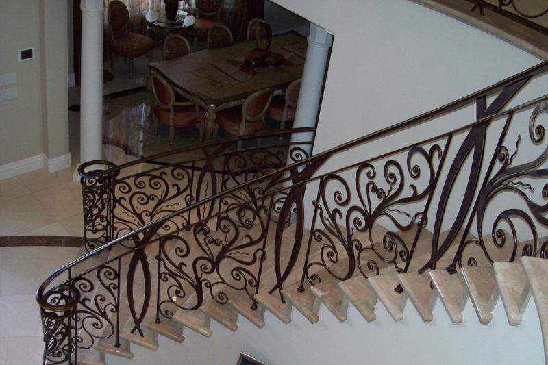 Kovana ograja polepša vaše notranje stopnišče