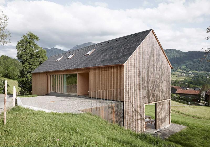 Hiša grajena na strmi parceli, kjer je dostop urejen z višjega nivoja