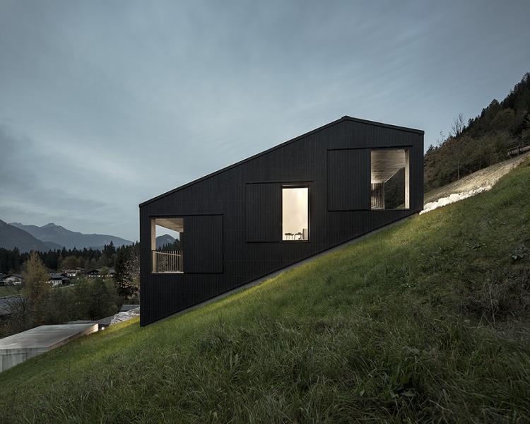 Oblika hiše se zliva s strmim terenom
