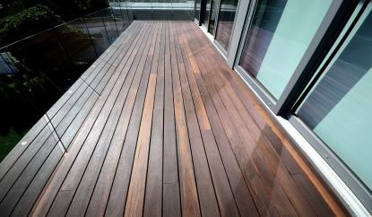 Leseni balkonski tlak