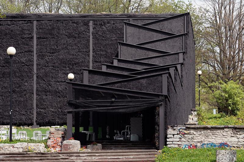 Črna hiša iz slame, vir: www.bustler.net