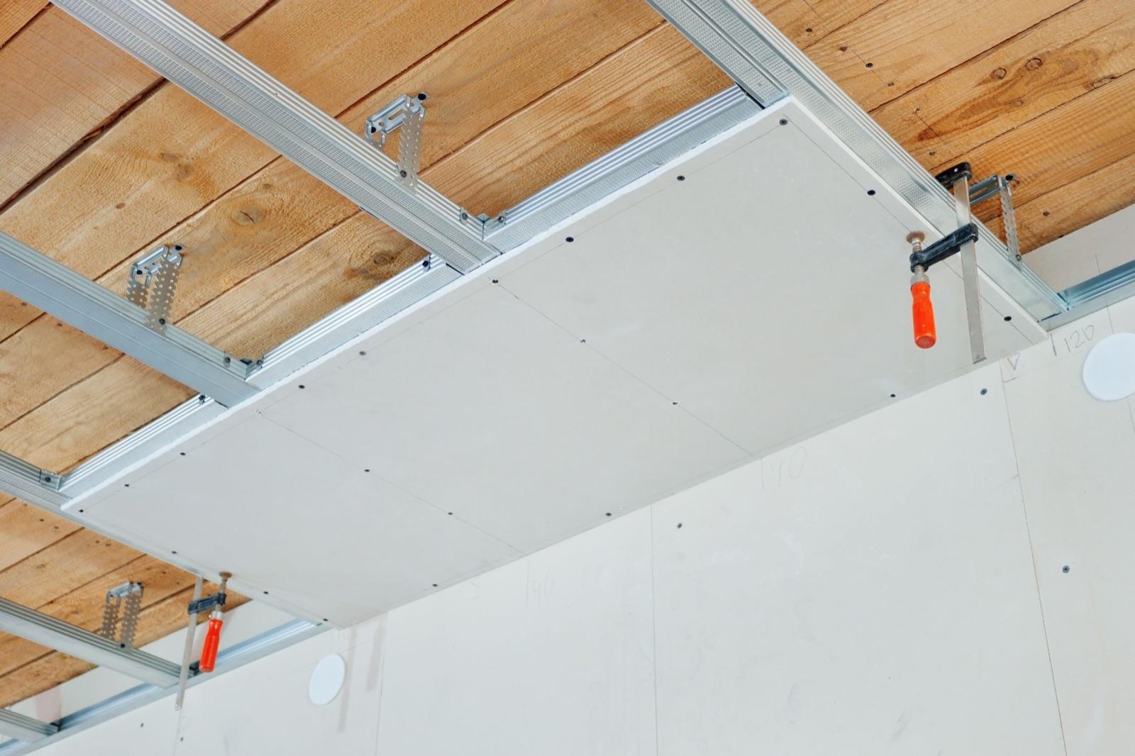 Spuščen strop: knauf strop ali armstrong strop?