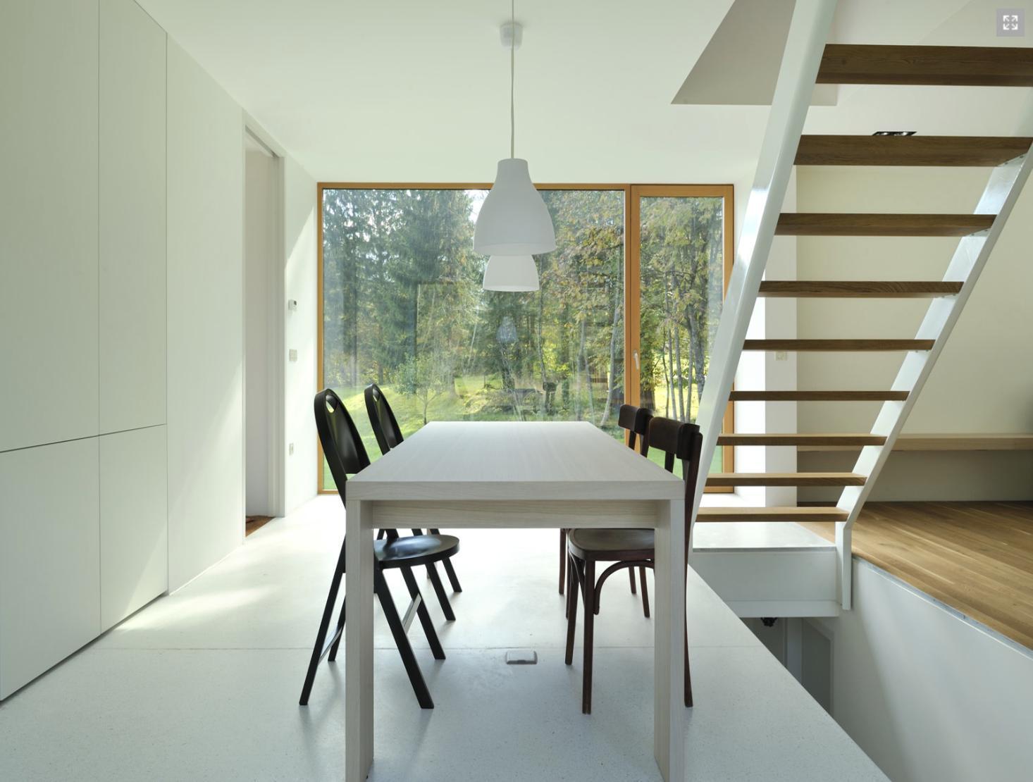 Lesena hiša R, minimalistični interier.