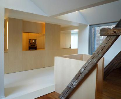 Pohištvo je rahlo dvignjeno od tal in čistih linij. © Room & Room, Dezeen