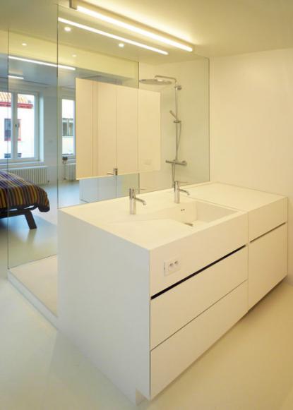 Kopalnica in kuhinja so zelo moderno oblikovane. © Room & Room, Dezeen