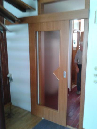 Drsna vrata ob steni z podbojem